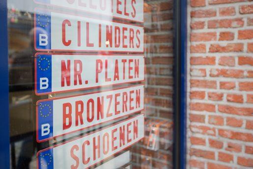 Duplicaten nummerplaten voor auto's en moto's.